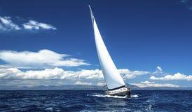 Le bateau de navigation fait de la navigation de plaisance avec les voiles blanches en mer ouverte Voyage photos libres de droits