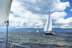 Le bateau de navigation fait de la navigation de plaisance avec les voiles blanches en mer par temps orageux nature Image libre de droits
