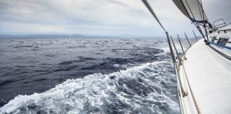 Le bateau de navigation fait de la navigation de plaisance en mer par temps orageux Images libres de droits