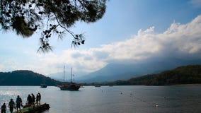 Le bateau de navigation sous le drapeau turc se tient près du rivage banque de vidéos