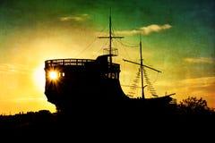 Le bateau de navigation sur le vieux papier brun Photos libres de droits