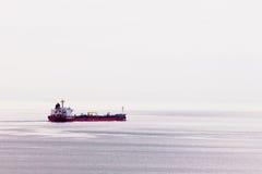 Le bateau de pétrolier transporte l'énergie fossile à l'étranger Images libres de droits