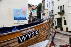 Le bateau de pêche à l'extrémité d'une rue dans des capots de Robin aboient Photos libres de droits