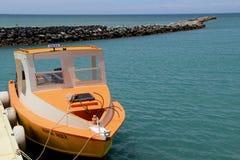 Le bateau de pêche coloré s'est accouplé au pilier, station de vacances d'or de point, Fidji, 2015 Image stock