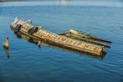 Le bateau de pêche a coulé. photographie stock