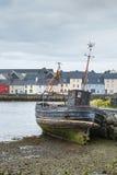 Le bateau de pêche détruisent dans le port de Claddagh de Galway, Irlande Image libre de droits