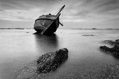 Le bateau de pêche en noir et blanc chez Kon Ao Beach, Rayong, Tha Photographie stock