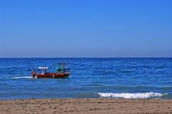 Le bateau de pêche passant par Malagueta échouent à Malaga photos libres de droits