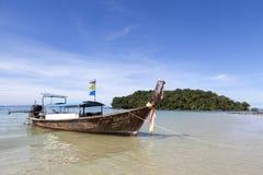 Le bateau de pêche se tient à la plage, après une nuit de la pêche de thon Bateau national thaïlandais thailand Images stock