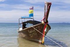 Le bateau de pêche se tient à la plage, après une nuit de la pêche de thon Bateau national thaïlandais thailand Photographie stock