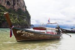 Le bateau de pêche se tient à la plage, après une nuit de la pêche de thon Bateau national thaïlandais thailand Photo stock