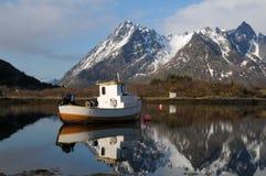 Le bateau de pêche sur le lac Images libres de droits