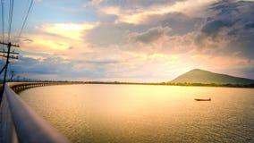 Le bateau de pêche sur le réservoir va trouver les poissons beau Su Photographie stock libre de droits
