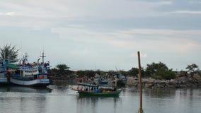 Le bateau de pêche thaïlandais de chalutier naviguent en mer Pour pêcher des poissons banque de vidéos