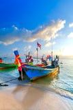 Le bateau de pêche traditionnel thaïlandais est décoré de coloré Image libre de droits