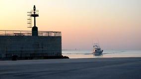 Le bateau de pêche vient au port banque de vidéos