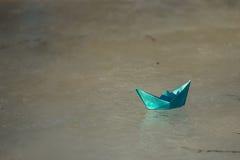 Le bateau de papier flotte sur The Creek photos libres de droits