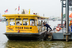 Le bateau de passager sont accouplés au pilier Images stock
