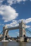 Le bateau de touristes approche le pont de tour Images libres de droits