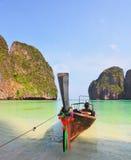 Le bateau de touristes avec la guirlande de fleur Photographie stock