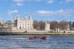 Le bateau de touristes de vitesse passe la tour de Londo Photos stock