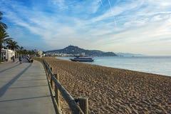 Le bateau de touristes est amarré sur la plage Blanes, Espagne de ville Photos libres de droits