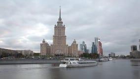 Le bateau de touristes navigue sur la rivière de Moscou le soir banque de vidéos