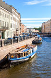 Le bateau de touristes passe par le canal à St Petersburg, Russie Photo libre de droits
