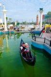 Le bateau de touristes se déclenche à la visite touristique la beauté du bâtiment dedans Photos libres de droits