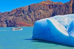 Le bateau de touristes sur le lac Image libre de droits