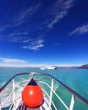 Le bateau de touristes sur le lac Viedma Photographie stock libre de droits