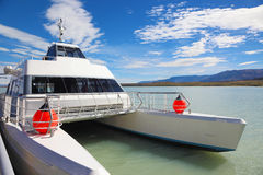 Le bateau de touristes sur le lac Viedma Photos libres de droits