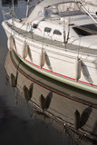 Le bateau de yacht s'est reflété dans le port Photographie stock