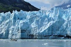 Le bateau donne l'échelle au glacier de Margerie, Alaska Photographie stock
