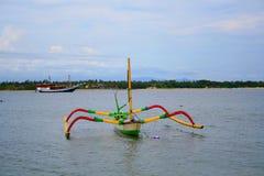 Le bateau du pêcheur au rivage Image libre de droits