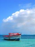 Le bateau du pêcheur dans Aruba Photo stock