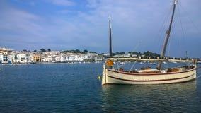 Le bateau du pêcheur de Mallorquina chez Cadaques Photographie stock libre de droits
