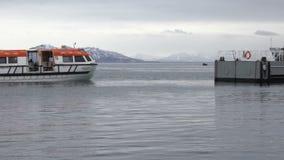 Le bateau du revêtement de croisière part de la jetée sur la mer banque de vidéos