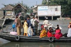 Le bateau en bois croise le Gange dans Gosaba, Inde Photographie stock libre de droits