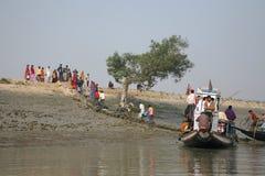 Le bateau en bois croise le Gange dans Gosaba, le Bengale-Occidental, Inde Images libres de droits