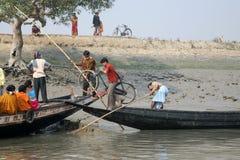 Le bateau en bois croise le Gange dans Gosaba, le Bengale-Occidental, Inde Photos libres de droits