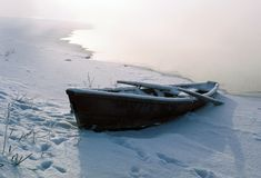 Le bateau en hiver photo stock