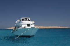Le bateau en mer Photographie stock