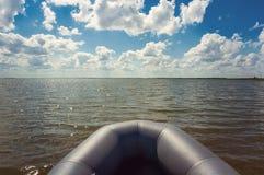 Le bateau en mer ouverte montre photos libres de droits