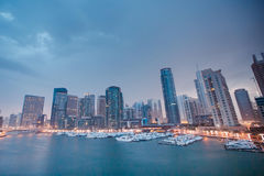 Le bateau est dans le pilier du Dubaï de baie Photographie stock libre de droits