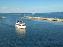 Le bateau est dans le port photos stock
