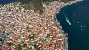 Le bateau est sur l'eau dans la baie de Poros Grèce Enregistrement vidéo aérien stupéfiant L'atmosphère de vacances et d'été clips vidéos