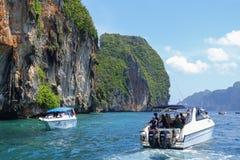 Le bateau et les touristes de vitesse est prise d'air en mer d'Andaman Photo stock