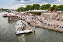 Le bateau exploité par Batobus Paris est amarré au pilier Image libre de droits