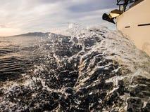 Le bateau flaire des vagues Photo libre de droits